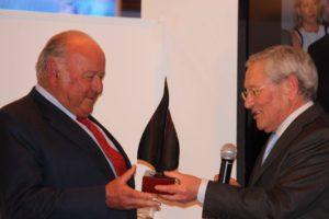 Fernando Ónega entrega el símbolo de Embajador a Álvaro Domecq.